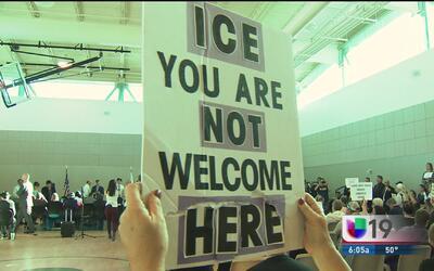 Foro comunitario de inmigración en Sacramento se torna en un polémico en...