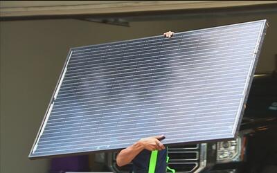 Senador estatal instala en su casa páneles solares para invitar a la com...