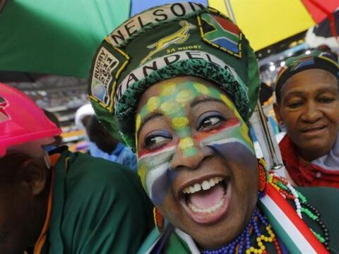 Una sudafricana luce orgullosa su maquillaje y colorida vestimenta en ho...