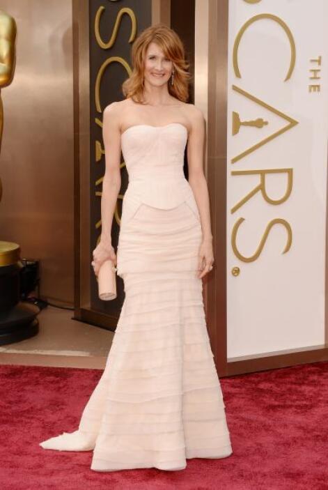 Extremadamente sencillo nos pareció el vestido de Laura Dern. Ella se en...