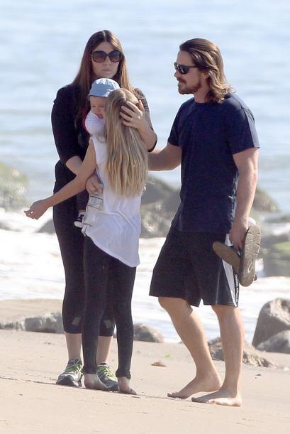 Christian paseó con toda su familia en la playa de Malibú.