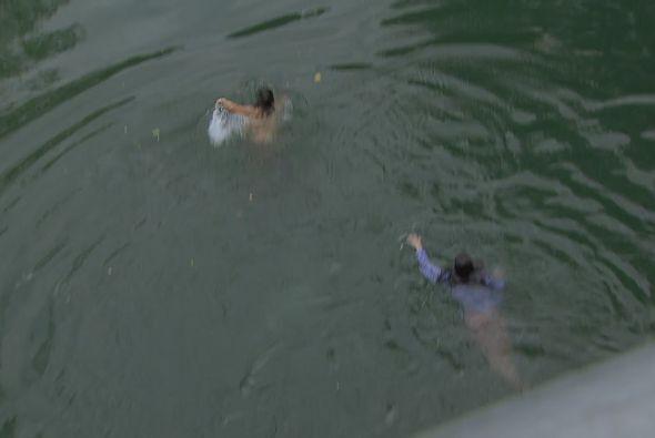 La pareja salta desde un puente mientras los disparos pasan muy cerca de...