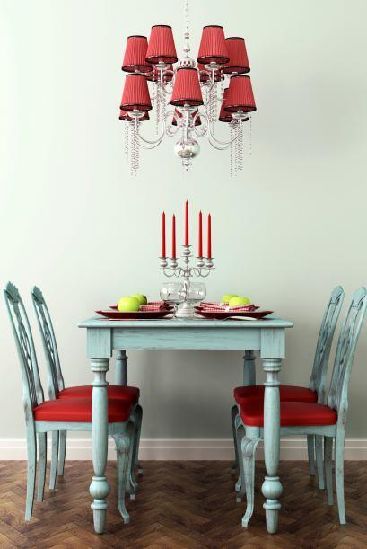 Sillas en el comedor. Usar unas sillas coloradas para acompañar u...
