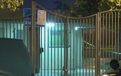 Autoridades investigan la muerte de un hombre en el Trinity Park de Los...