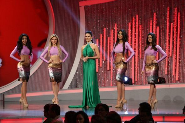 Después muy bellas se presentaron las chicas de Denise Quiñones, quienes...