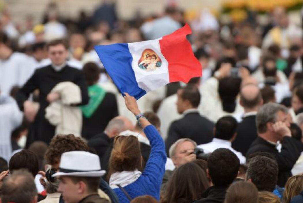 Una peregrina francesa en la Plaza de San Pedro alza una bandera de su p...