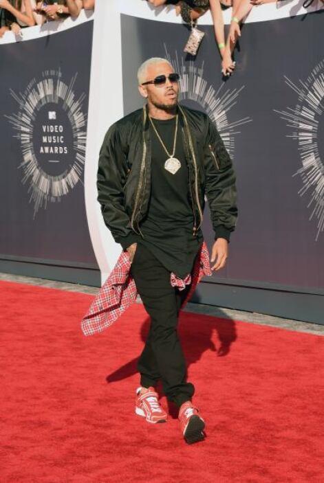 Chris Brown llegó como todo un chico rebelde, y con su camisita a cuadro...