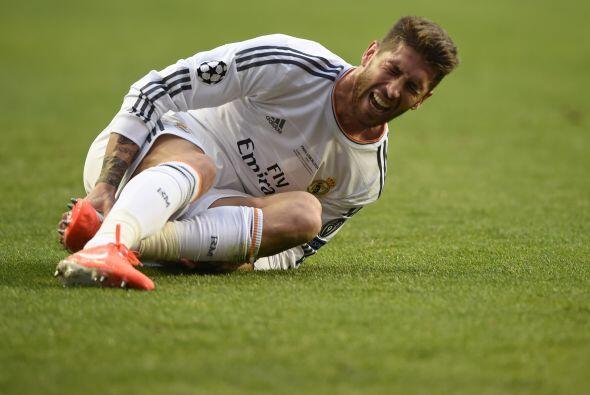 Sergio Ramos mostrando el dolor de la batalla tras una dura entrada.