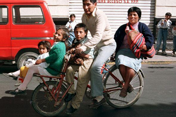 Aunque viajan familias completas, también hay casos de mujeres em...