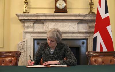 Theresa May firma la carta donde formalmente pide a la Unión Euro...