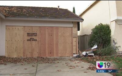 Conductora choca contra dos casas en Roseville