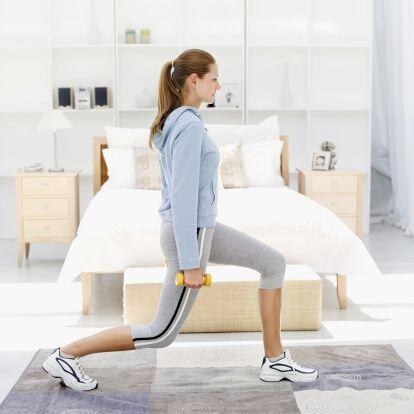 ¡Tonifica muslos y piernas con zancadas! Separa tus piernas a la altura...