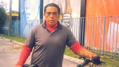 El inmigrante mexicano Francisco Díaz junto a su bicicleta. En la mano d...