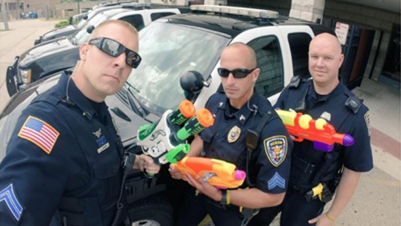 Policías de Illinois se tomaron unos minutos para jugar con estos niños...
