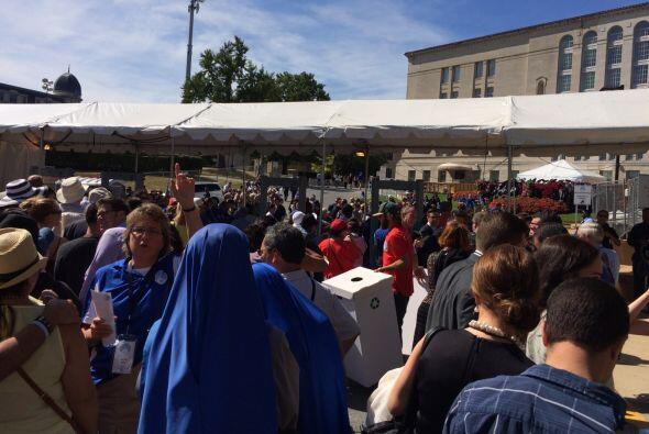 Los fieles esperan en Washington para ver pasar al papa Francisco en su...