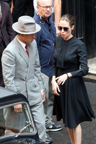 Otro 'outfit' invernal que también nos impactó fue el de Angelina Jolie,...