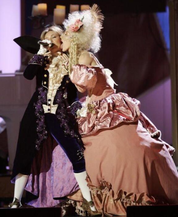 Pero no sólo su vestuario llamó la atención sino este acto tan atrevido...