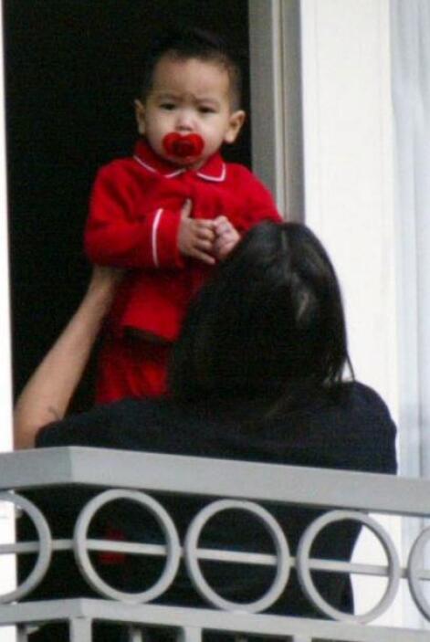 El 10 de marzo de 2002, Angelina adoptó a su primer hijo, Maddox, que te...