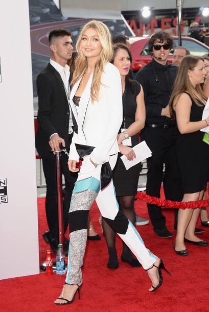 Demasiado colorida Gigi Hadid y así como llegó, se fue, inadvertida ella.
