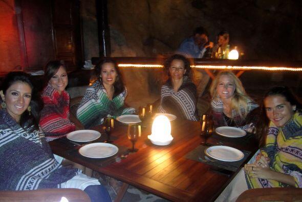 Una de las noches, las chicas se deleitaron cenando en uno de los acanti...