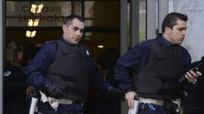 Policías en el edificio de la corte de Milán donde se produjo el tiroteo...