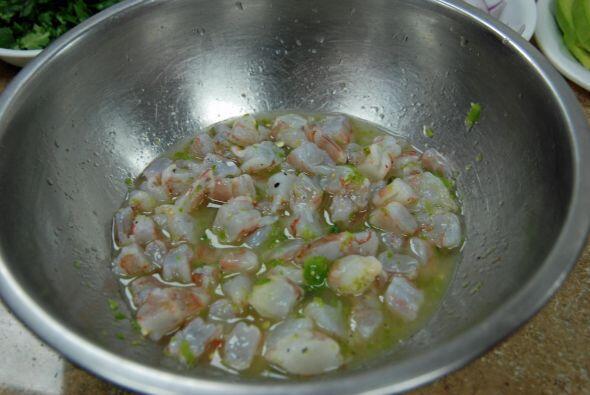 Los camarones ya cocinados en limón con el chile jalapeño se puede comer...