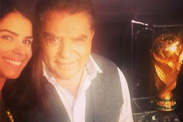 Una foto para los fans de ambos artistas con la copa más famosa del mundo.