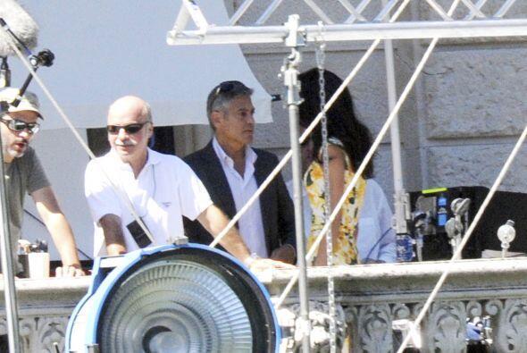 La futura esposa de Clooney eligió un vestido floreado en color a...