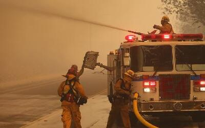 Avanza incendio forestal en California