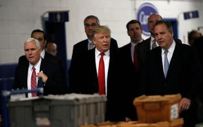 Mike Pence, Donald Trump y Greg Hayes, de United Technologies