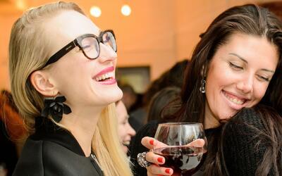 Un estudio asegura que las mujeres necesitan salir con amigas dos veces...