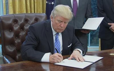 Trump firma tres acciones ejecutivas, EEUU sale del Tratado Comercial Tr...