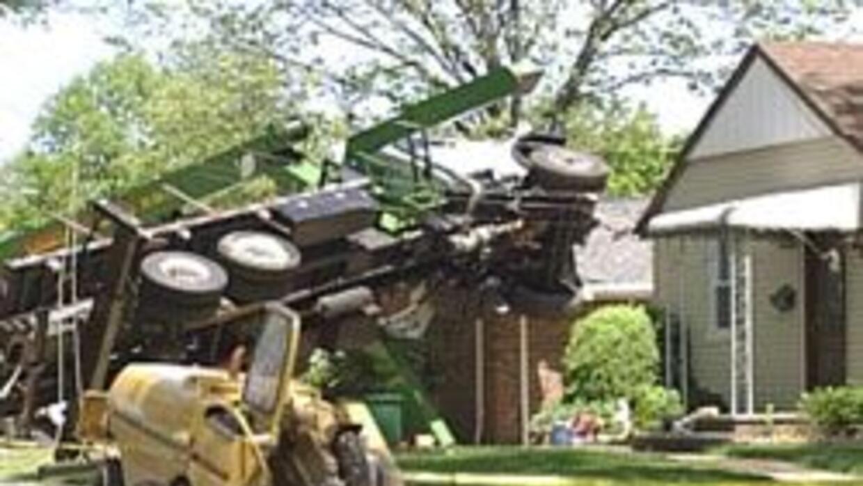 Una grua del servicio de corte de arboles en NJ se colapso sobre un hoga...