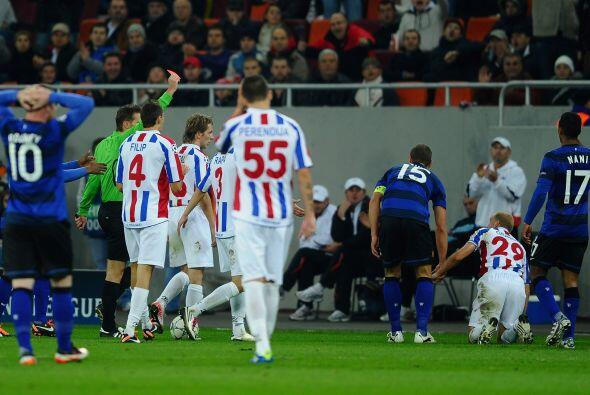 La mala noticia fue la expulsión de Nemanja Vidic por doble tarje...