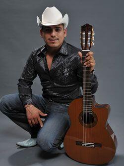 Desde pequeño, Espinoza Paz comenzó a tocar la guitarra de...