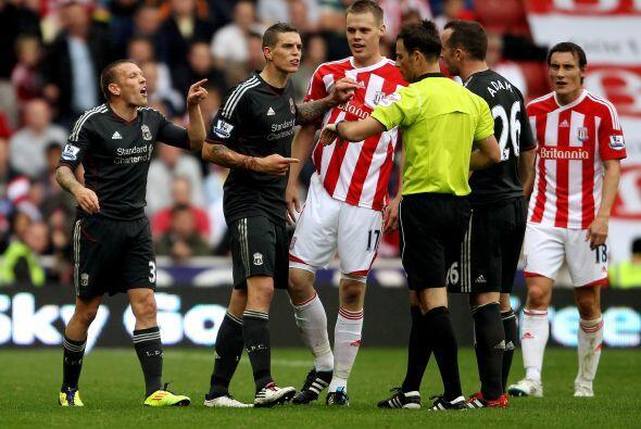Al final hubo empujones  entre ambos equipos pero el árbitro no p...