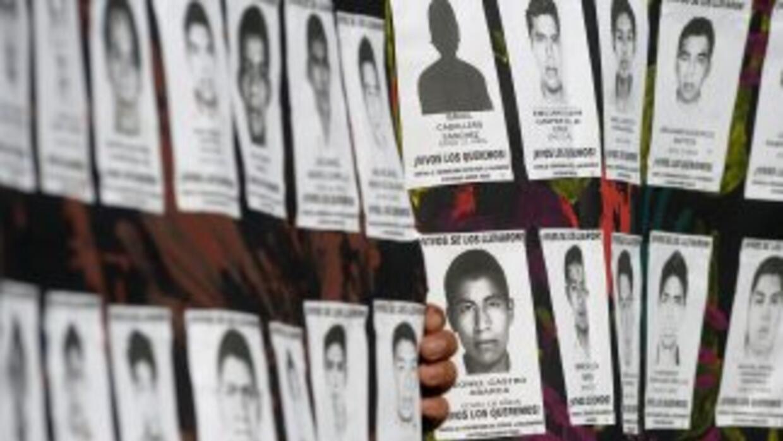 Pancartas con nombres y fotografías de los estudiantes desaparecidos de...