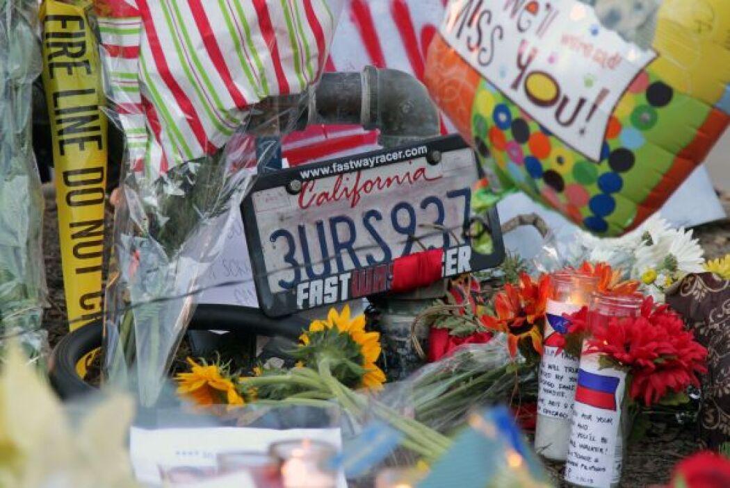 Flores, veladoras, cartas y otras ofrendas son muestras de la popularida...