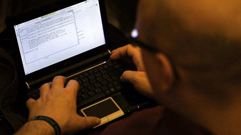 Informático trabaja unas líneas de código