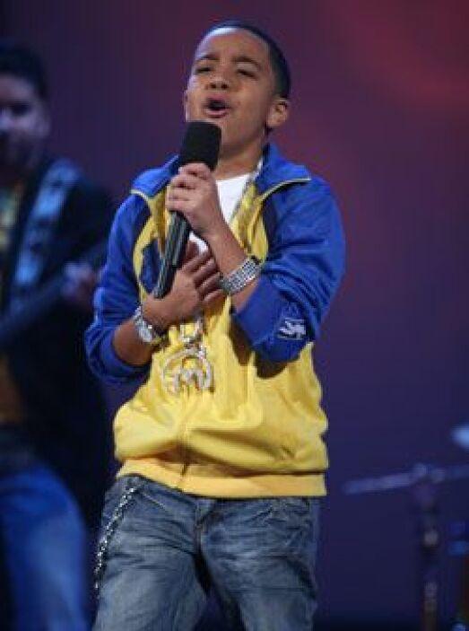 En el escenario, Miguelito canta con el alma.