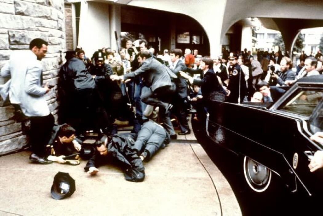 Era el 30 de marzo de 1981 y Ronald Reagan salía del Hotel Hilton tras d...