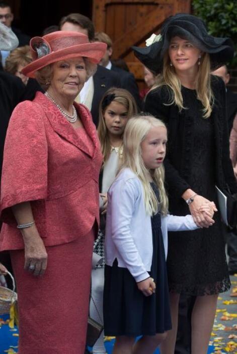Por su parte la princesa Mabel le dio un plus a su vestido negro usando...