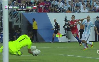 Romero salvó a Argentina de una clara de Eduardo Vargas