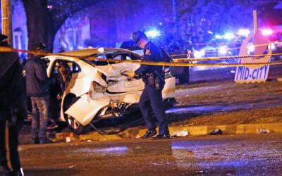 La policía conversa con un hombre sentado en un automóvil...