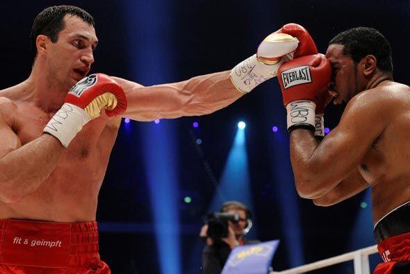 El ucraniano Vladimir Klitschko conservó sus títulos de pesados de la FI...
