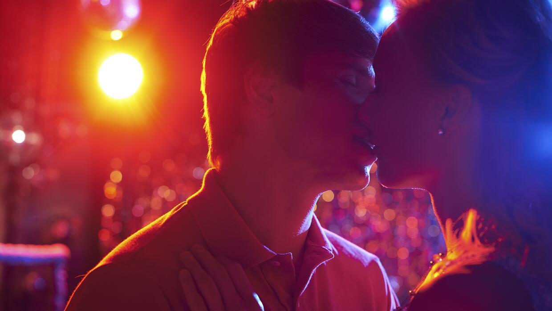 Pareja en fiesta besándose