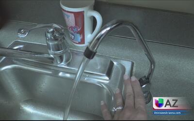 Autoridades aseguran que es seguro tomar agua de la llave en Arizona