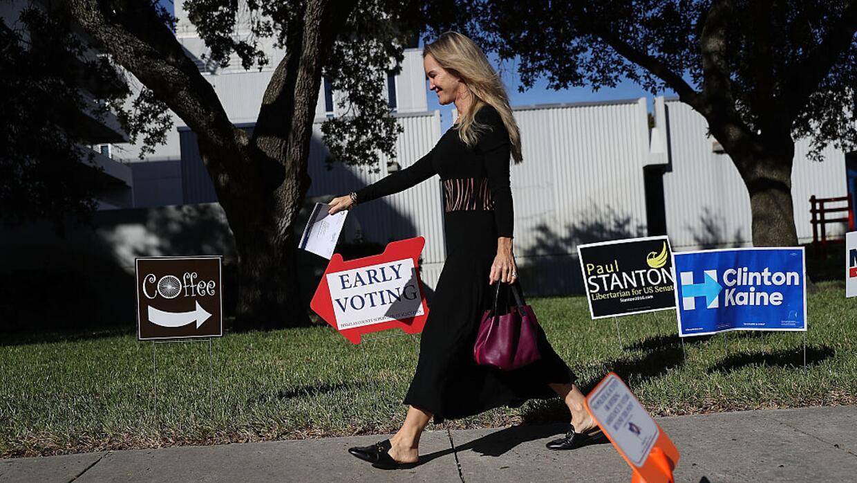Una señal de voto temprano guía a los ciudadanos hacia un puesto de vota...
