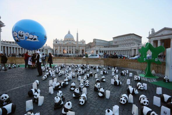 En el Vaticano la gente comenzó a asistir desde que comenzó a caer el día.