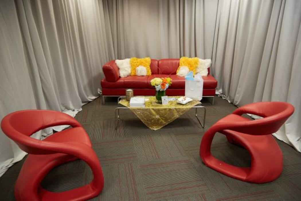 Estos modernos sillones rojos son del camerino de la rockera Alejandra G...